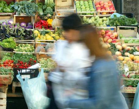 Fiducia dei consumatori in calo a maggio © ANSA