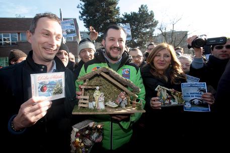 Salvini davanti alla scuola di Rozzano © ANSA