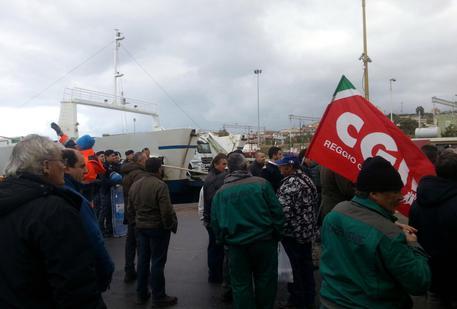 L.Stabilita': bloccati imbarchi Sicilia e statale 106 © ANSA