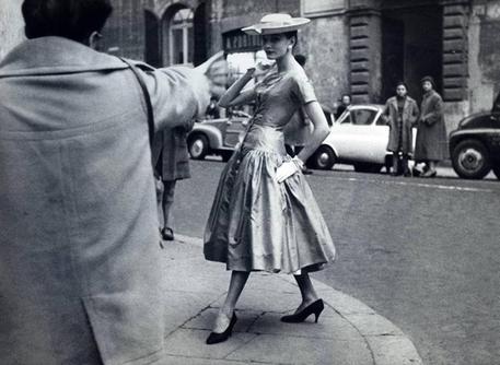 In mostra a roma moda e scatti 1950 60 cultura for Storia della moda anni 50