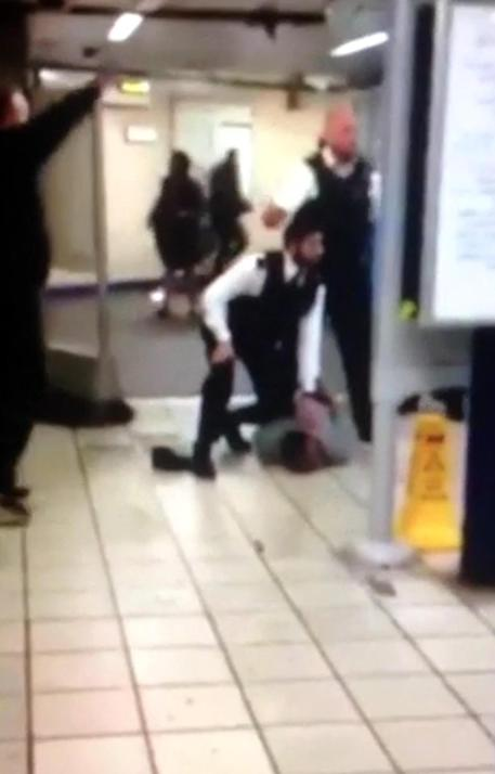 Un frame del video dell'assalto nella metro di Londra © ANSA