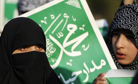 Spose a 9 anni e casalinghe, ecco le donne secondo l'Isis D4b7b5a68ca9c8688c572b06521a560f