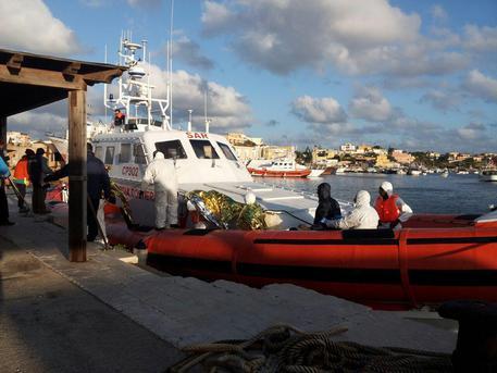 Una motovedetta con a bordo i migranti soccorsi © ANSA