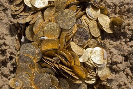 Un'anfora piena di monete d'oro trovata nel centro di Como