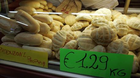 Del pane in vendita in una panetteria a Torino, in una foto d'archivio © ANSA