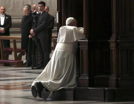 Il Papa si confessa durante la celebrazione penitenziale © EPA