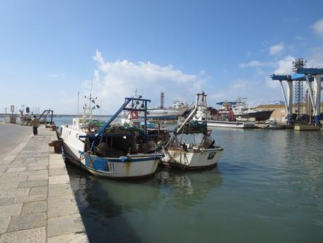 Peschereccio italiano soccorso da Marina Militare in acque tunisine $