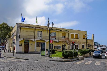 Auto contro bus a Ischia, sei feriti. Indagini carabinieri ...
