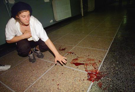 Sangue sul pavimento dopo la perquisizione alla Diaz (archivio) © ANSA