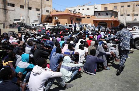 Incendio Libia, finti agenti Onu a caccia di rifugiati e migranti