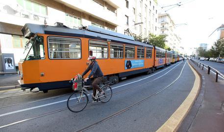 Pietre sui binari: deraglia tram della linea 15, paura a bordo