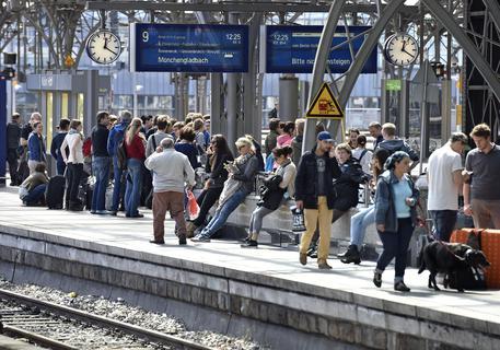 Francoforte, bimbo di 8 anni spinto sotto un treno