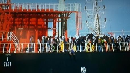 Sbarchi migranti da gasiera al Porto Canale di Cagliari © ANSA