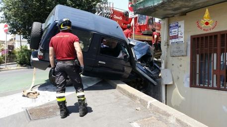 Catania, spettacolare incidente: Suv contro un palazzo$