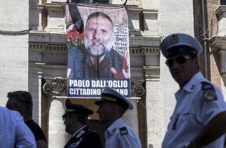 Padre Paolo Dall'Oglio è vivo, scrive il