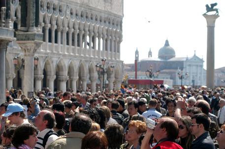 Tassa di sbarco fino a 10 euro per chi arriva a Venezia - Veneto ...