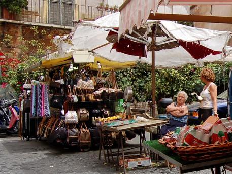 Istat: calo fiducia consumatori-imprese