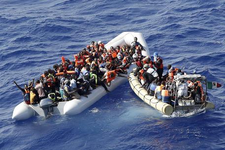 Migranti a bordo di motoscafi di lusso tra la Tunisia e la Sicilia