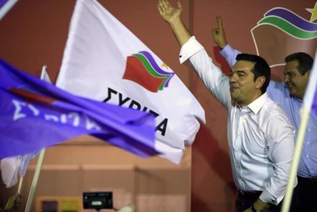 Alexis Tsipras saluta i suoi elettori dopo le prime proiezioni © AP