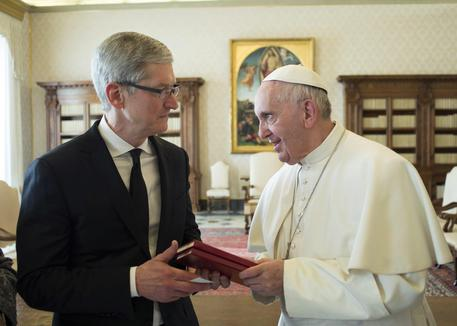 Papa Francesco con Tim Cook © EPA