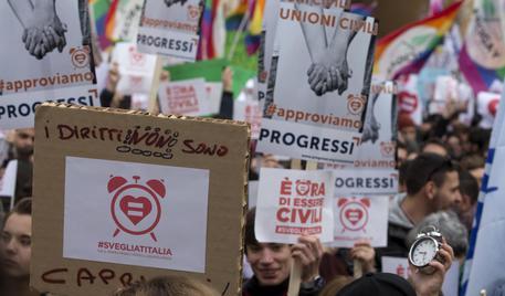 Camera: approvate le unioni civili