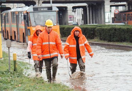 Scoppia tubo, allagata strada a Milano
