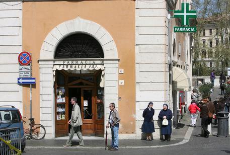 Partorisce in strada a Roma