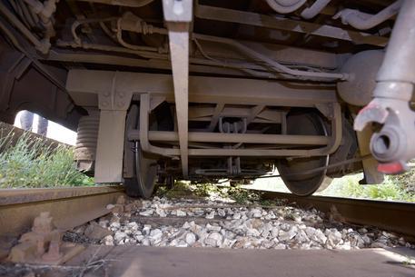 Cumana deraglia in stazione a Pozzuoli, a bordo centinaia di studenti