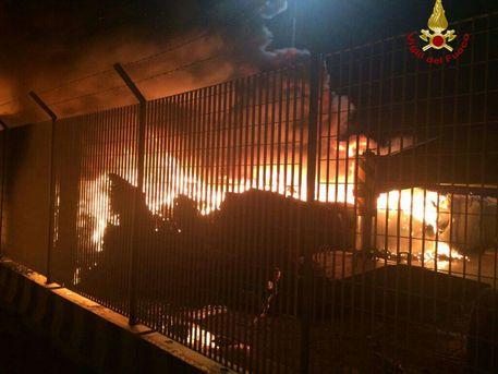 Incendio nel porto vecchio di Piombino