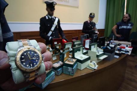 Napoli, camorra: sequestrati a trafficante droga, oro e diamanti per 2 mln