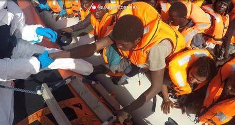 Sbarco: 1000 migranti e 17 cadaveri al porto di Palermo