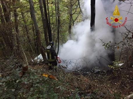 Arezzo, precipita ultraleggero: due morti, velivolo in fiamme