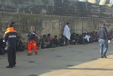 Salento: 95 migranti pakistani arrivano a bordo di un veliero