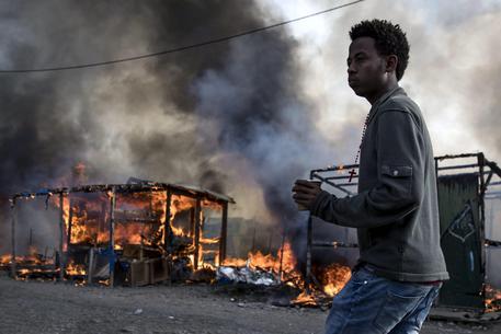 Giungla di Calais, finita l'evacuazione. Fiamme e fumo fra le baracche