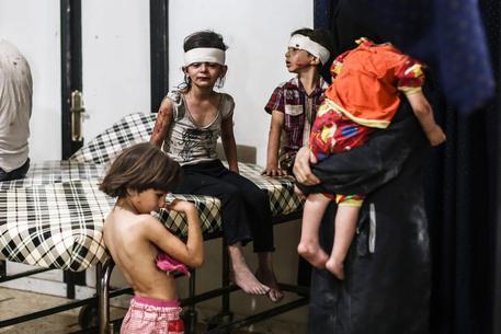 Almeno 26 morti nel bombardamento di un complesso scolastico in Siria