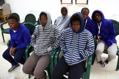 Le donne bloccate dalla a Goro