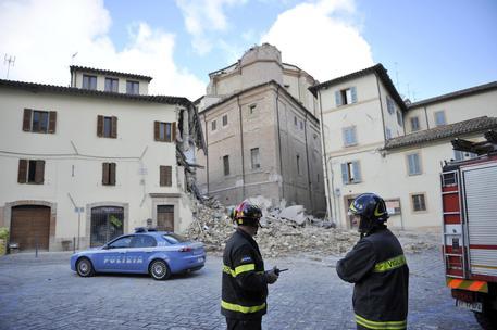 Terremoto, a Camerino il campanile crolla su un palazzo