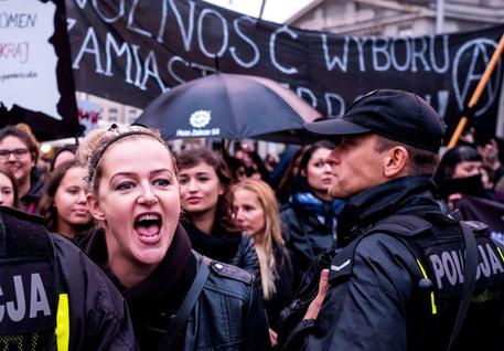 Polonia, marcia indietro sul divieto di aborto