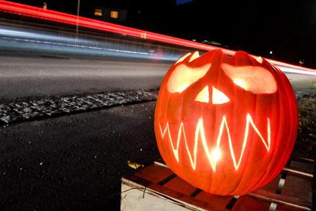 Atti vandalici notte di Halloween Settimo Torinese, incendiati cassonetti