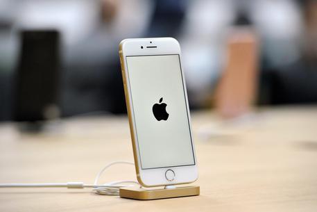Effetto Trump, Apple valuta produzione iPhone in Usa