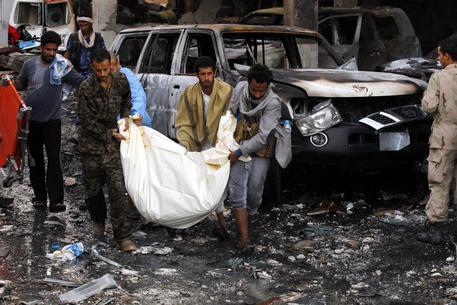 Yemen, aereo della coalizione araba mitraglia cerimonia funebre scita: 155 morti