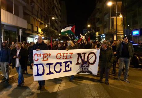 Napoli: Proteste contro Renzi, lanci di uova e sassi