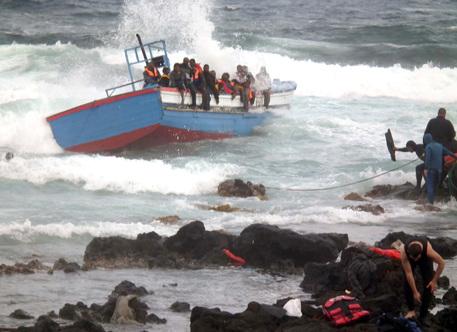 Un gommone è naufragato al largo della Libia, si temono decine di dispersi © ANSA