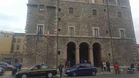Polizia e Gdf in Comune a Terni, 16 indagati per turbativa d'asta