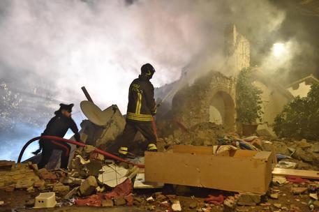 Firenze crolla villetta vivi padre e 2 figlie morta la - Puzza di fogna in bagno ...
