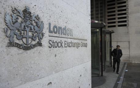 Borsa: Milano scivola, male le banche