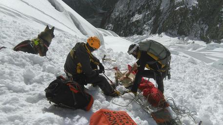 Monte Bianco, dispersi due alpinisti: le tracce conducono a una valanga