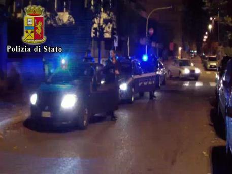 Accoltellato in strada a Milano, 4 fermati
