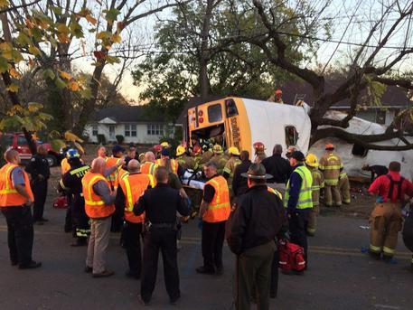 Usa, uno scuolabus si schianta contro un albero: sei bambini morti