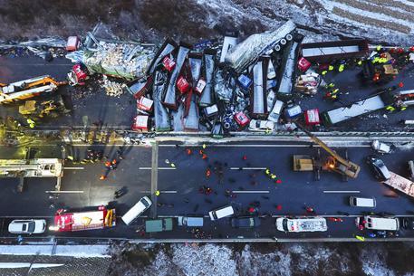 Tamponamento gigante in Cina, 17 morti e 37 feriti